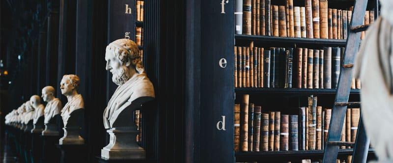 Image des rayonnages d'une bibliothèque décorée de bustes. C'est une référence à la manière dont les moteurs de recherche archivent les pages web pour leur référencement