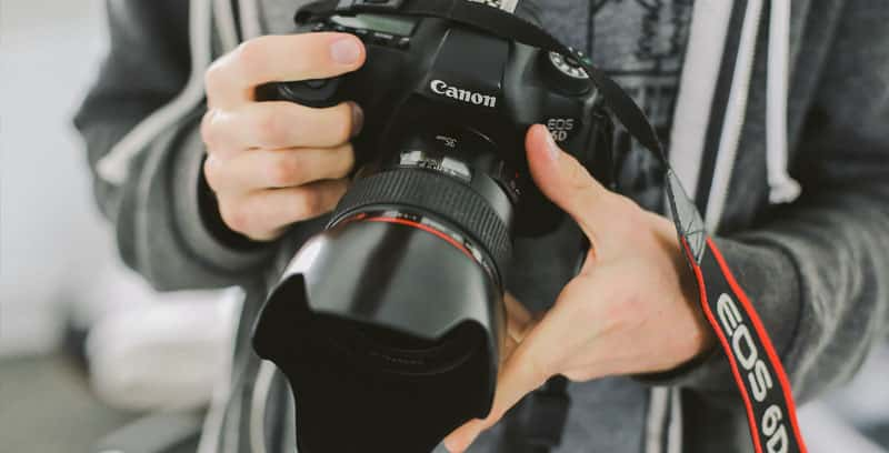 Appareil photographique tenu en main. Un cahier des charges est également important pour les projets de photographie