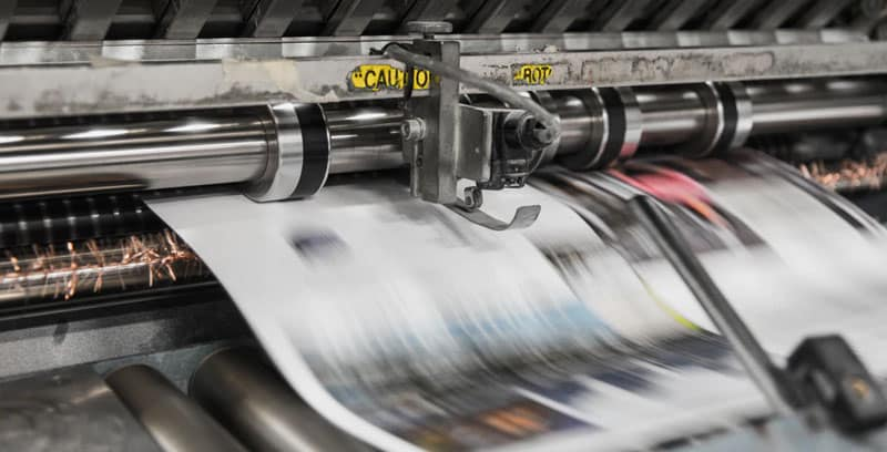 Photographie d'une presse imprimante en train de fonctionner. Un cahier des charges est indispensable dans tout projet d'impression professionnel